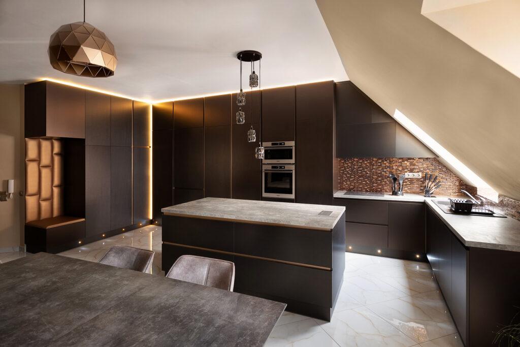 Egy nagy család részére tervezett minimalista konyha, egybefüggő előszobával.